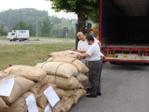 Silvio Bessone verifica i sigilli e le schede di origine del cacao.