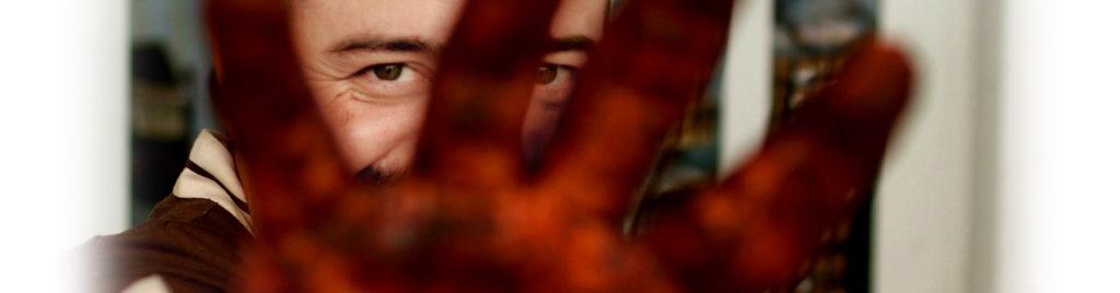 La mano sporca di cioccolato lascia intravedere lo sguardo di Silvio Bessone che felice ti osserva.