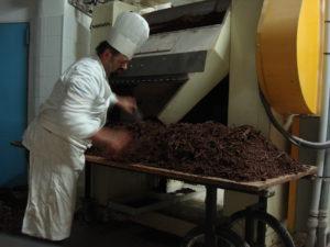 Silvio Bessone Raffina il Cioccolato durante il processo bean to bar